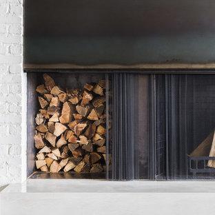 他の地域の中サイズのインダストリアルスタイルのおしゃれなLDK (標準型暖炉、白い壁、トラバーチンの床、レンガの暖炉まわり、ベージュの床) の写真