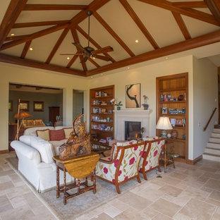 ハワイの大きいトロピカルスタイルのおしゃれなLDK (ベージュの壁、磁器タイルの床、標準型暖炉、タイルの暖炉まわり、テレビなし、ベージュの床) の写真