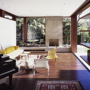 Exemple d'un salon moderne avec une salle de musique et une cheminée standard.