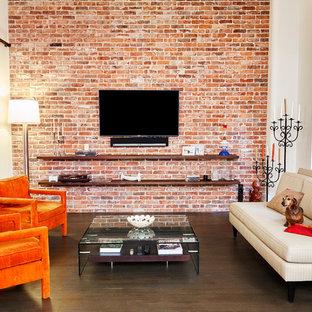 Ejemplo de salón abierto, contemporáneo, de tamaño medio, sin chimenea, con paredes multicolor, suelo de madera en tonos medios y televisor colgado en la pared