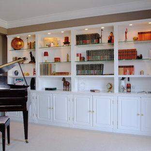 Foto de salón con rincón musical cerrado, clásico renovado, pequeño, sin chimenea y televisor, con paredes marrones, moqueta y suelo beige