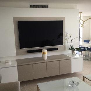 Diseño de salón abierto, moderno, grande, sin chimenea, con paredes blancas, televisor colgado en la pared y suelo beige