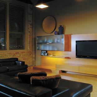 Großes, Offenes Modernes Wohnzimmer ohne Kamin mit beiger Wandfarbe, Korkboden und Wand-TV in Calgary