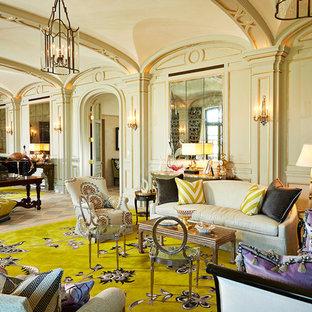 Ejemplo de salón ecléctico, extra grande, con paredes beige