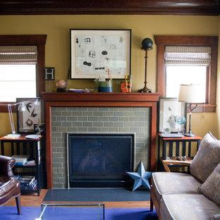 Foto di un soggiorno american style di medie dimensioni con pareti gialle e camino classico