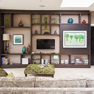 Imagen de salón cerrado, asiático, extra grande, con paredes marrones y televisor colgado en la pared