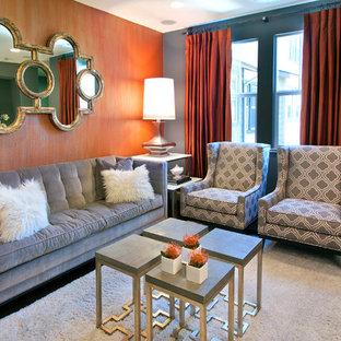 Immagine di un piccolo soggiorno classico stile loft con pareti grigie, parquet scuro, nessun camino e TV a parete