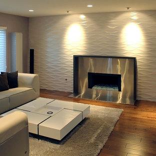Idee per un soggiorno minimalista di medie dimensioni e chiuso con pareti viola, parquet chiaro, camino classico, cornice del camino in metallo e nessuna TV
