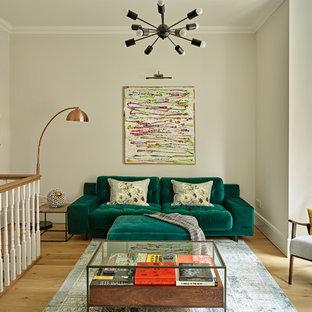 ロンドンの中くらいのコンテンポラリースタイルのおしゃれな独立型リビング (フォーマル、淡色無垢フローリング、壁掛け型テレビ、ベージュの床、ベージュの壁) の写真