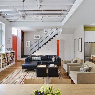 Imagen de biblioteca en casa abierta, contemporánea, sin chimenea y televisor, con paredes blancas