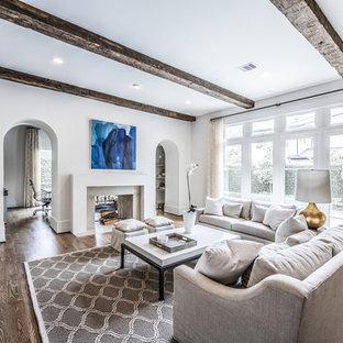 ヒューストンの大きい地中海スタイルのおしゃれなリビング (白い壁、濃色無垢フローリング、標準型暖炉、漆喰の暖炉まわり、テレビなし、白い床) の写真