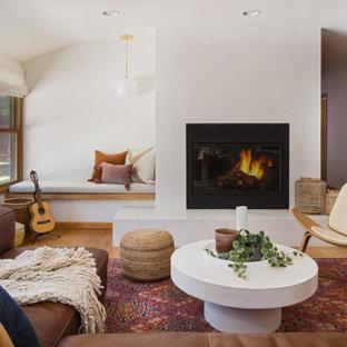 Cette image montre un salon nordique de taille moyenne et ouvert avec une salle de réception, un mur blanc, un sol en bambou, une cheminée standard, un manteau de cheminée en carrelage, aucun téléviseur et un sol jaune.