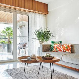 Ispirazione per un soggiorno tropicale con pareti bianche e pavimento bianco