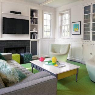Esempio di un soggiorno design di medie dimensioni e chiuso con sala formale, pareti bianche, parquet scuro, camino classico, cornice del camino piastrellata, TV a parete e pavimento verde