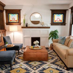 Esempio di un soggiorno stile americano chiuso con sala formale, pareti bianche, moquette, camino classico e pavimento multicolore