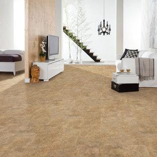 Diseño de salón para visitas abierto, tradicional renovado, de tamaño medio, sin chimenea, con paredes blancas, suelo de corcho y televisor independiente