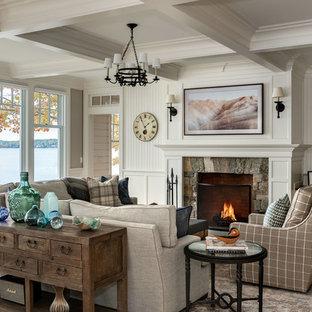 Idéer för ett maritimt vardagsrum, med ett finrum, vita väggar, ljust trägolv, en standard öppen spis och en spiselkrans i sten