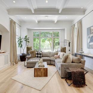 Ejemplo de salón abierto y casetón, tradicional renovado, con paredes blancas, suelo de madera clara, pared multimedia y suelo beige
