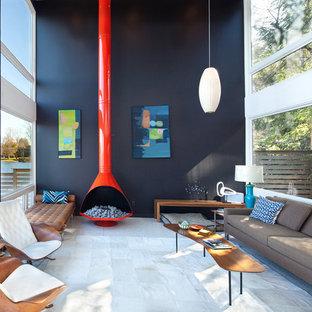 Ispirazione per un soggiorno minimalista aperto con pareti nere e nessuna TV
