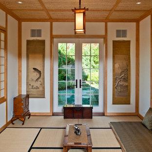 Foto på ett stort orientaliskt separat vardagsrum, med vita väggar och bambugolv