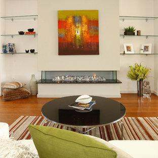 ゴールドコーストの広いビーチスタイルのおしゃれなLDK (竹フローリング、横長型暖炉、テレビなし、ベージュの壁) の写真
