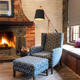 メルボルンの中サイズのラスティックスタイルのおしゃれなリビングロフト (レンガの床、標準型暖炉、石材の暖炉まわり、マルチカラーの床) の写真