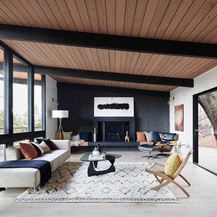 Offenes Retro Wohnzimmer mit weißer Wandfarbe, Kamin, grauem Boden, freigelegten Dachbalken, gewölbter Decke und Holzdecke in San Francisco
