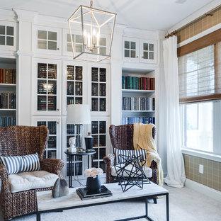 Imagen de biblioteca en casa cerrada, tradicional, de tamaño medio, sin chimenea y televisor, con paredes marrones, suelo de cemento y suelo blanco