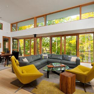 Ispirazione per un soggiorno contemporaneo di medie dimensioni e aperto con pareti bianche, pavimento in bambù, camino sospeso, cornice del camino in pietra e nessuna TV