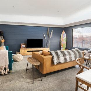パースの中サイズのビーチスタイルのおしゃれなLDK (セラミックタイルの床、暖炉なし、据え置き型テレビ、グレーの床、青い壁) の写真