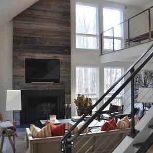 Foto di un soggiorno design di medie dimensioni e aperto con pareti bianche, parquet scuro, camino classico, cornice del camino in legno e TV a parete