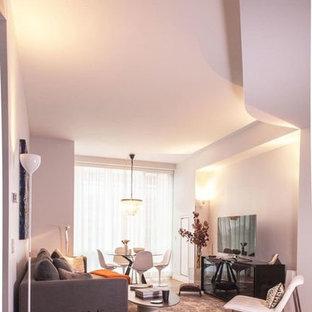 ニューヨークの中サイズのミッドセンチュリースタイルのおしゃれなLDK (フォーマル、白い壁、無垢フローリング、暖炉なし、据え置き型テレビ) の写真