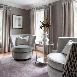 Ejemplo de salón cerrado, actual, grande, con paredes grises, suelo de madera en tonos medios, chimenea tradicional, marco de chimenea de madera y suelo violeta
