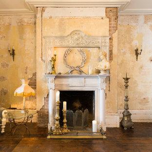 Mittelgroßes, Abgetrenntes Shabby-Style Wohnzimmer mit dunklem Holzboden, Kamin und verputztem Kaminsims in London