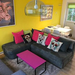 Ispirazione per un piccolo soggiorno eclettico aperto con pareti gialle e pavimento in vinile