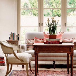Idee per un soggiorno chic con pareti bianche e pavimento in mattoni