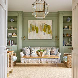 Modelo de salón para visitas cerrado, tradicional renovado, sin televisor, con paredes verdes y suelo de madera en tonos medios