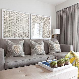 Inspiration pour un petit salon traditionnel ouvert avec un mur gris et un sol en bois clair.