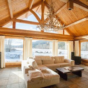 Immagine di un grande soggiorno stile rurale aperto con sala formale e pavimento in ardesia