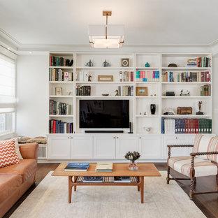 ニューヨークの中くらいのトランジショナルスタイルのおしゃれな独立型リビング (白い壁、濃色無垢フローリング、暖炉なし、埋込式メディアウォール、ライブラリー、茶色い床) の写真