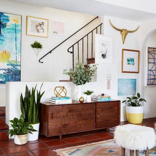 Kleines Stilmix Wohnzimmer mit Terrakottaboden in Los Angeles