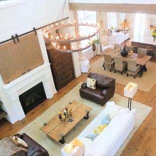 Idee per un soggiorno stile marino con pareti bianche, pavimento in legno massello medio e cornice del camino in intonaco