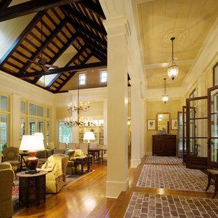 Idee per un soggiorno tradizionale con pavimento in mattoni