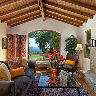 Ejemplo de salón rústico con marco de chimenea de piedra