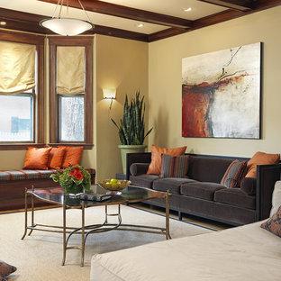 Repräsentatives, Großes, Abgetrenntes Klassisches Wohnzimmer mit beiger Wandfarbe, braunem Holzboden, Kamin, Kaminsims aus Backstein und freistehendem TV in Boston