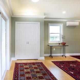 Ispirazione per un soggiorno chic di medie dimensioni e chiuso con sala della musica, pareti verdi e pavimento in bambù