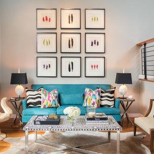 Immagine di un soggiorno eclettico di medie dimensioni con pareti grigie, pavimento in legno massello medio e pavimento arancione