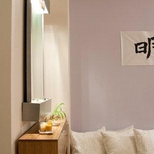 Inspiration pour un petit salon asiatique fermé avec un mur violet, un sol en bois brun, aucune cheminée et aucun téléviseur.