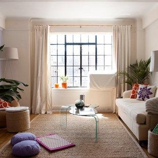 Foto di un soggiorno contemporaneo chiuso con pareti viola, pavimento in legno massello medio, nessun camino, nessuna TV e pavimento marrone
