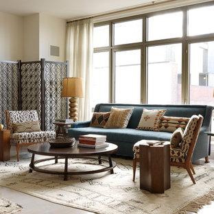 Cette photo montre un salon asiatique de taille moyenne et ouvert avec une salle de réception, un mur beige, un sol en bois clair, aucune cheminée et aucun téléviseur.